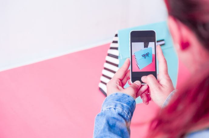 Instagram tests product tagging